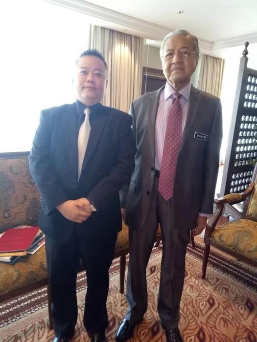 左为云铜集团主席助理,右为马来西亚总理马哈蒂尔阁下