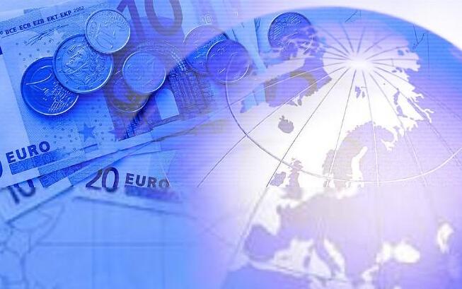 随着美国QE政策退出引发全球货币金融周期新拐点到来,人民币资产扩张的内外环境正发生趋势性改变。这将意味着我国已进入一个结构性偏紧的常态化外部货币新环境,2015年中国货币政策须从以往的被动反应向主动响应转变。   2008年金融危机后,超宽松货币政策成为全球央行普遍采用的应对危机手段之一,各国货币政策差异仅在于宽松程度。2014年以来,受经济复苏差异影响,全球流动性集体超宽松格局被打破,央行货币政策大分化成为全球货币市场的新格局。我国货币政策必须适应新常态,不断完善创新货币框架和货币政策